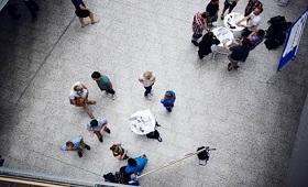 Menschengruppe von oben
